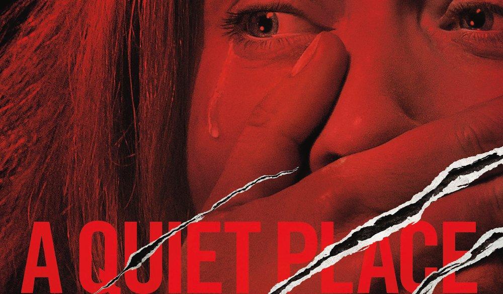 Emily Blunt hält sich die Hand vor den Mund auf dem Plakat zu A Quiet Place