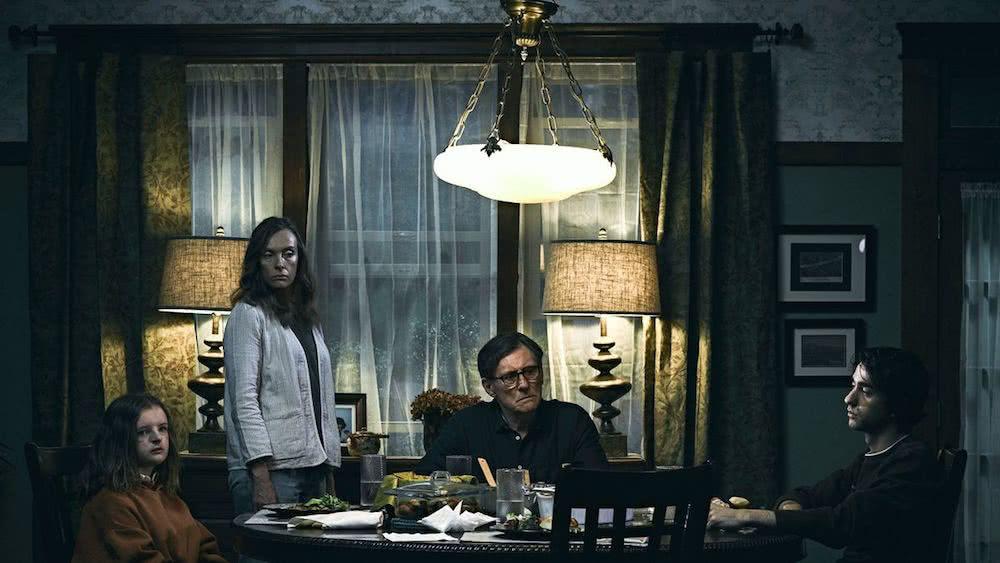 Milly Shapiro, Tony Collette, Gabriele Byrne und Alex Wolff in einem Szenenbild für Kritik Hereditary