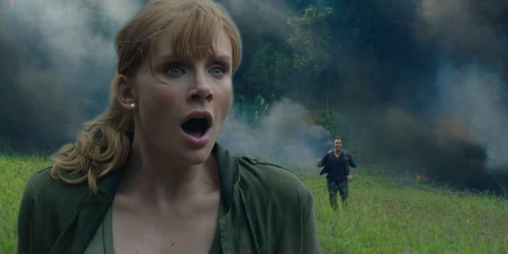 Bryce Dallas Howard erschrocken in einem Szenenbild für Jurassic World Das gefallene Königreich