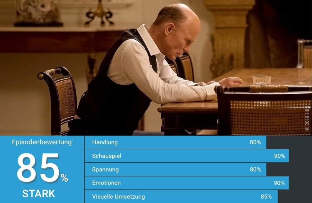 Der alte William aka Man in Black sitzt in der echten World mit gesenktem Kopf an einem eleganten Esstisch in Westworld Staffel 2 Episode 9