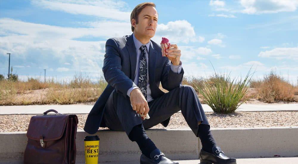 Jimmy McGill ist ein schmilzendes Eis auf während er auf einem Bordstein sitzt in Better Call Saul Staffel 4