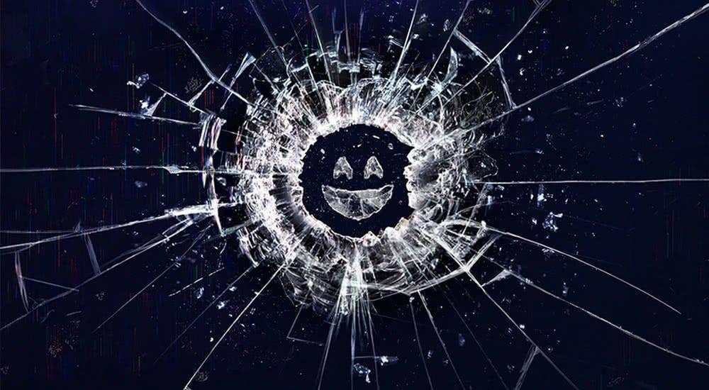 Eine zersprungene Glasscheibe die einem Smiley Gesicht ähnelt auf dem Plakat zu Black Mirror