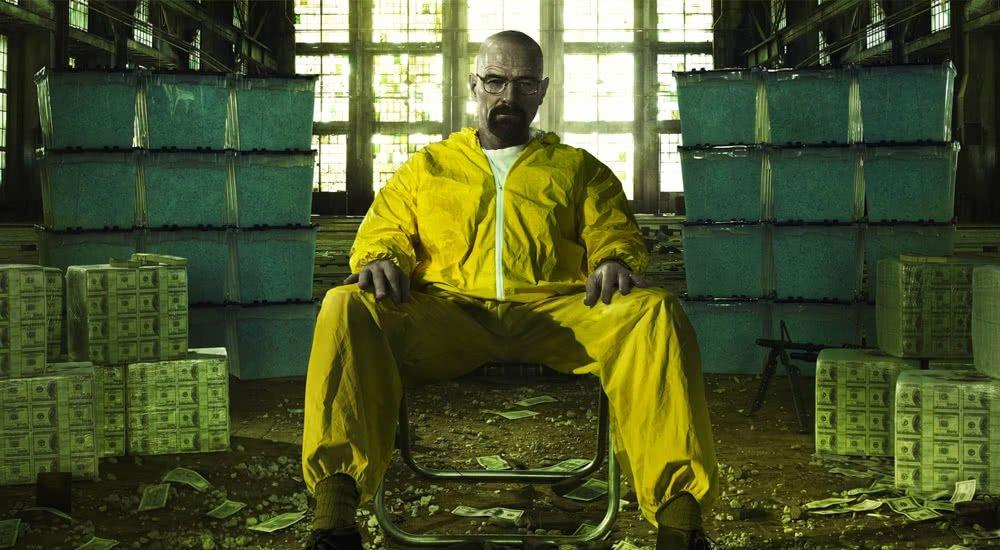 Walter White sitzt in einem geleben Schutzanzug auf einem Stuhl auf einem Plakat zu Breaking Bad