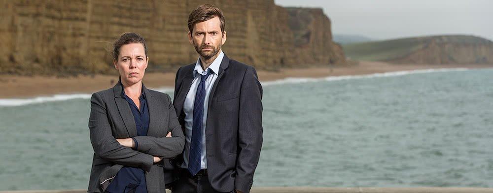 David Tennant und Olivia Colman vor einer Steilküste in einem Szenenbild aus Broadchurch Staffel 3