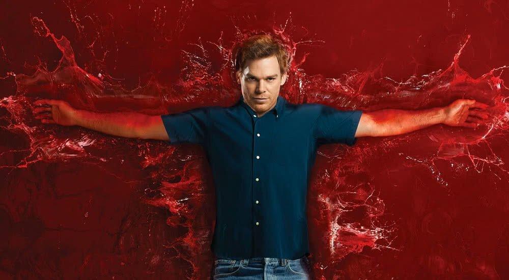 Dexter liegt mit ausgebreiteten Armen in einer bildfüllenden Lacke aus Blut auf einem Plakat zu Dexter