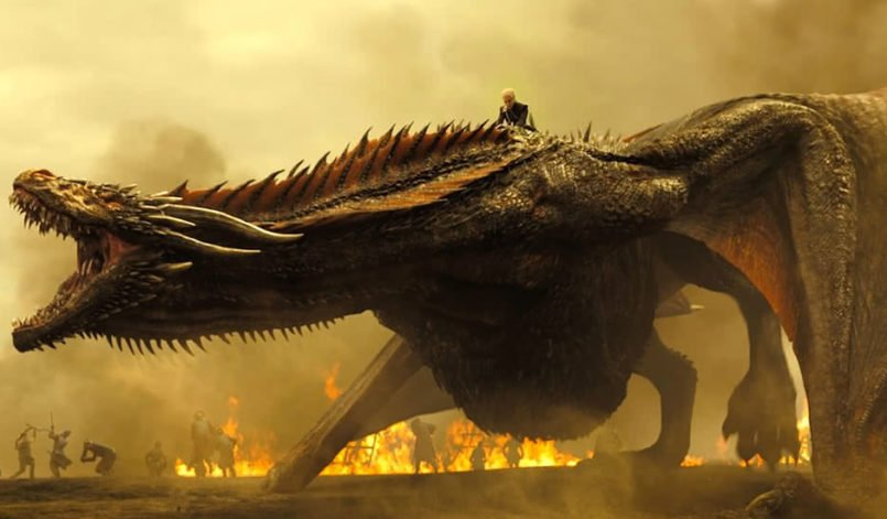 Emilia Clarke als Daenerys Targaryen reitet auf einem Drachen in Game of Thrones – Staffel 8