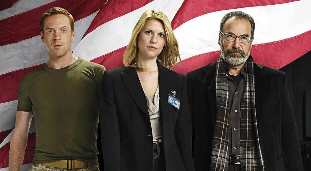 Damian Lewis, Claire Danes, Mandy Patinkin vor einer amerikanischen Flagge auf einem Poster zu Homeland
