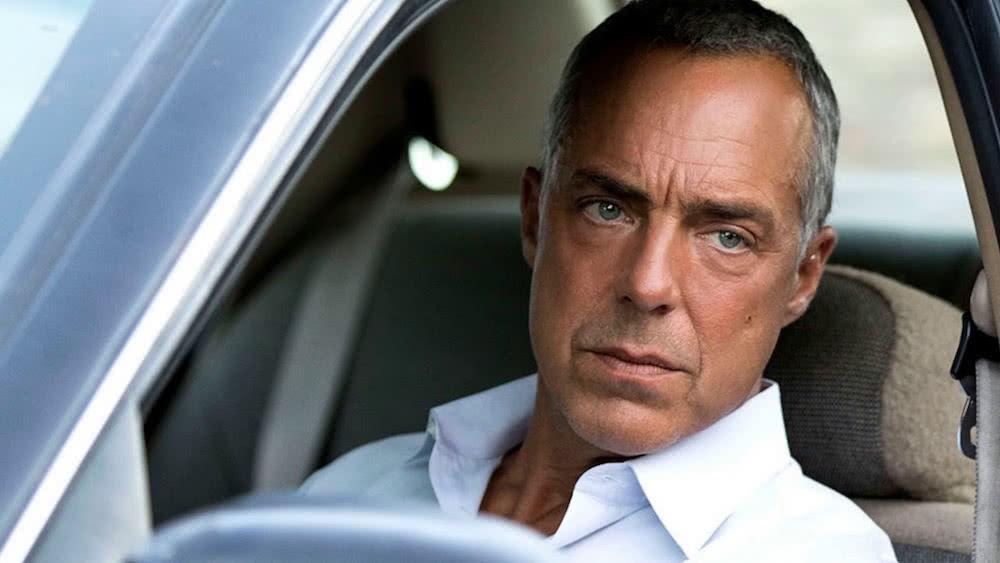 Titus Welliver als Harry Bosch in einem Auto in einem Szenenbild für Kritik Bosch Staffel 4