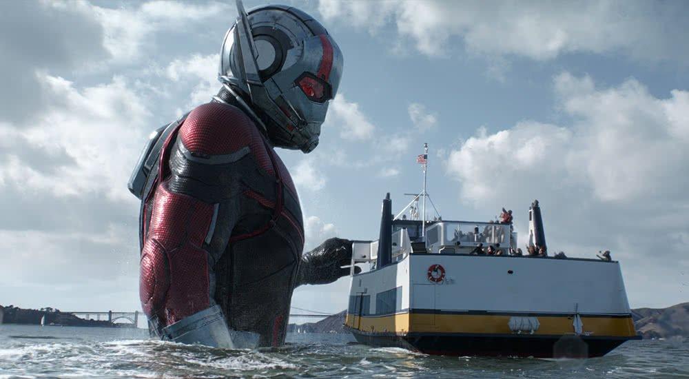 Ein riesiger Ant-Man in Ant-Man and the Wasp steht im Wasser neben einer Fähre.