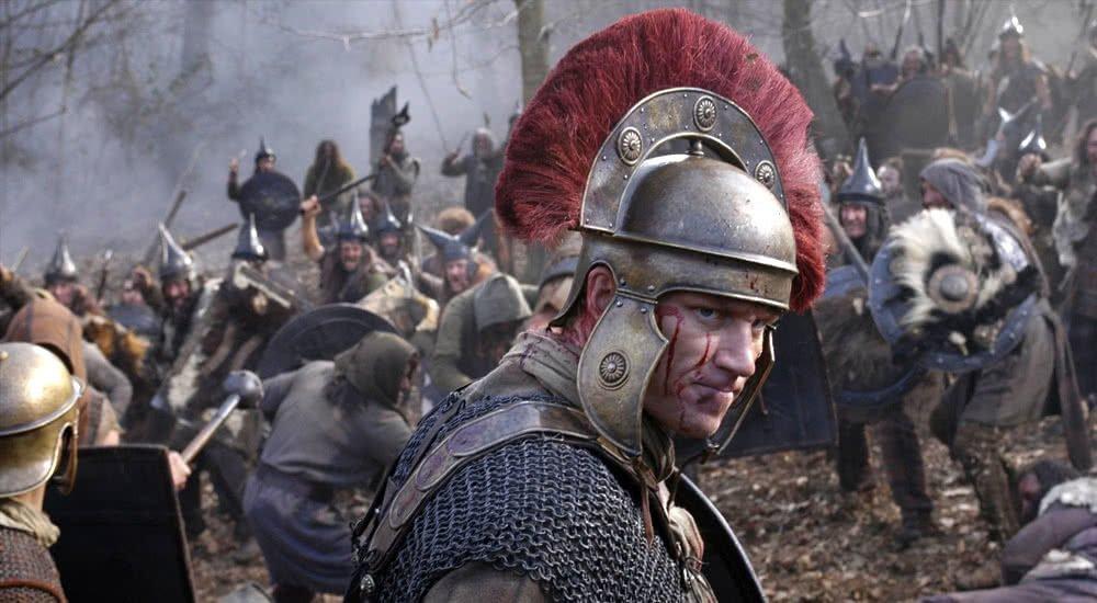 Kevin McKidd als Lucius Vorenus in voller Rüstung im Schlachtengetümmel in Rome