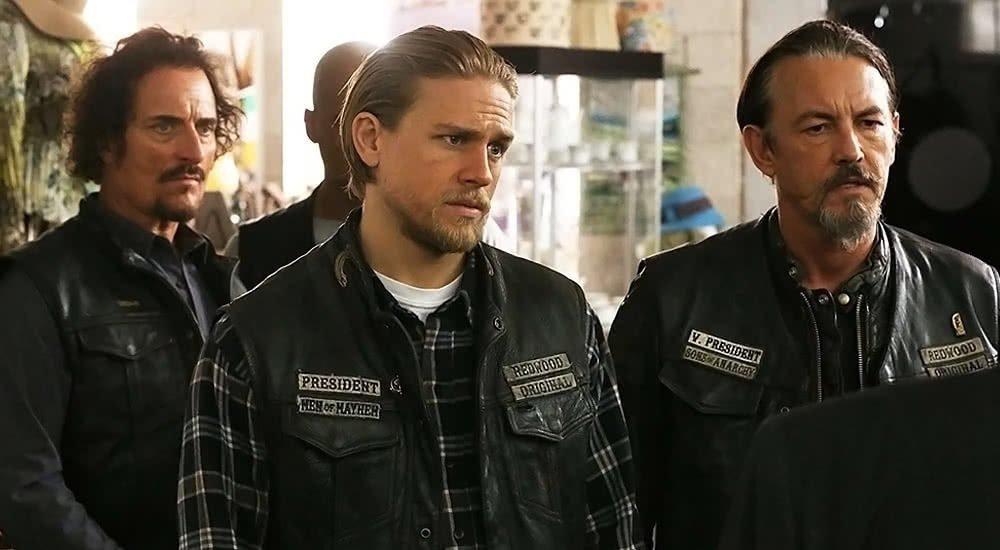 Charlie Hunnam, Kim Coates und Tommy Flanagan in Rockerkutten der Sons of Anarchy