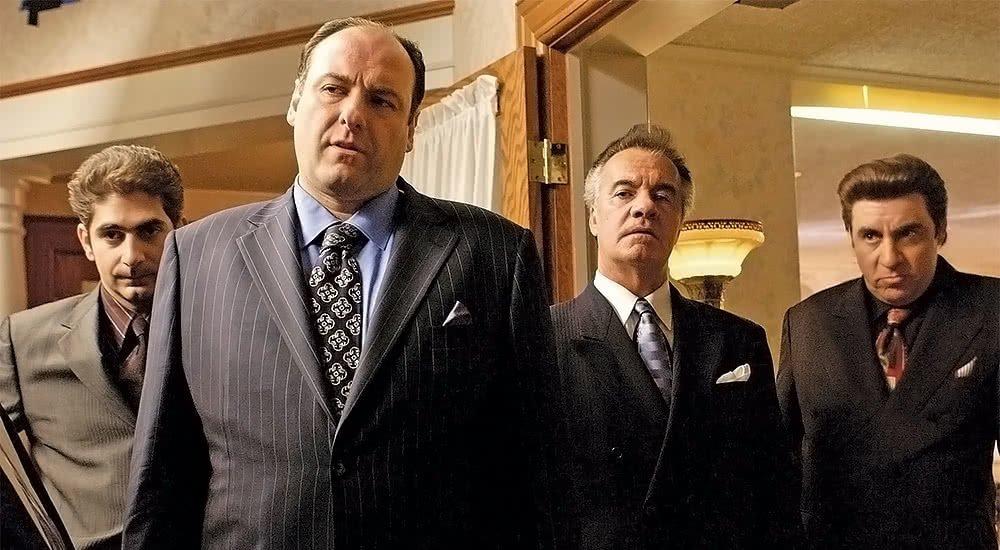 James Gandolfini als Tony Soprano und seine Gang in Anzug in der Serie Sopranos