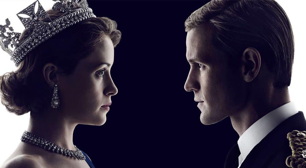 Claire Foy als junge Queen Elizabeth II und Matt Smith als Prinz Philip schauen sich gegenseitig in die Augen auf einem Plakat zu The Crown Staffel 2