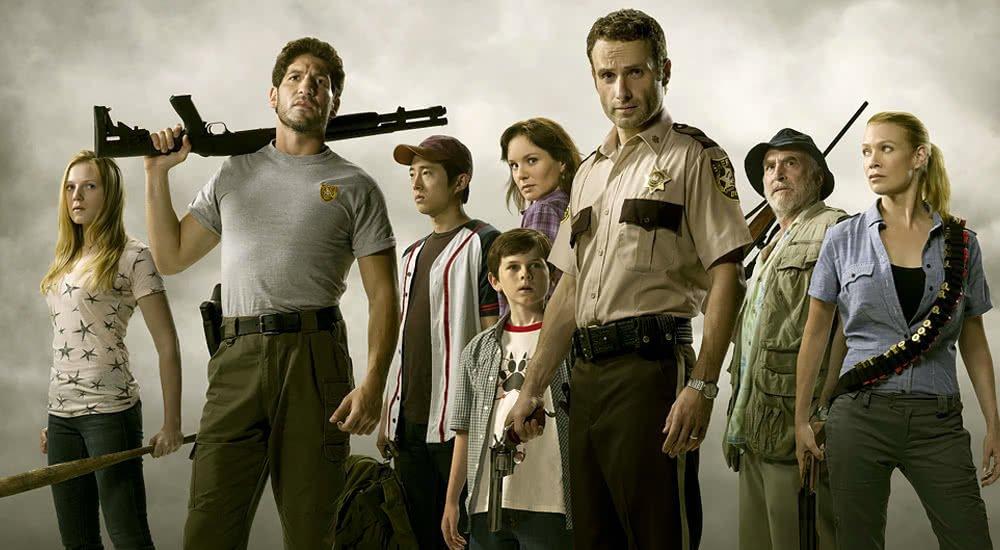 Andrew Lincoln als Rick Grimes mit einer Gruppe Überlebender auf dem Plakat zu The Walking Dead Staffel 1