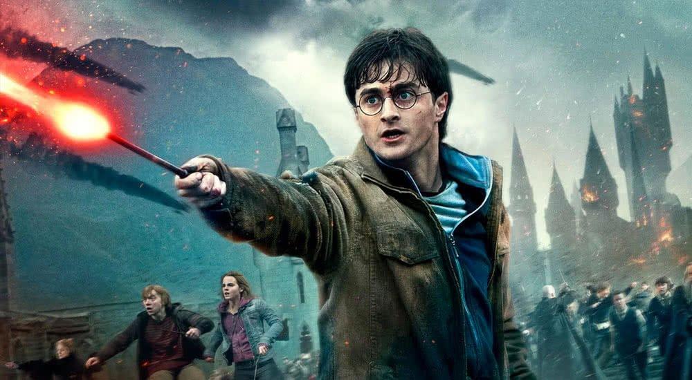 Daniel Radcliffe als Harry Potter mit rot glühendem Zauberstab in Harry Potter 7 und die Heiligtümer des Todes Teil 2