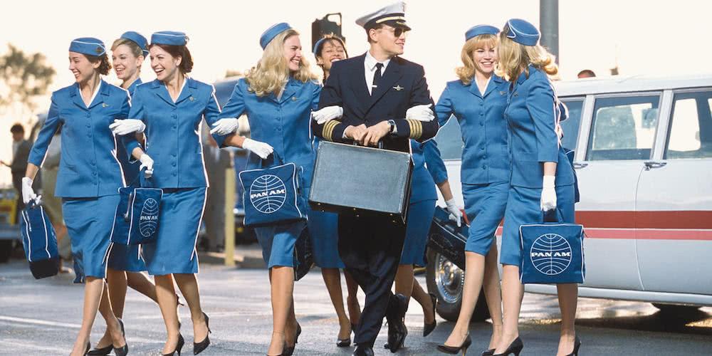 Leonardo DiCaprio mit einer Gruppe von Stewardessen in einem Szenenbild für Catch me if you can