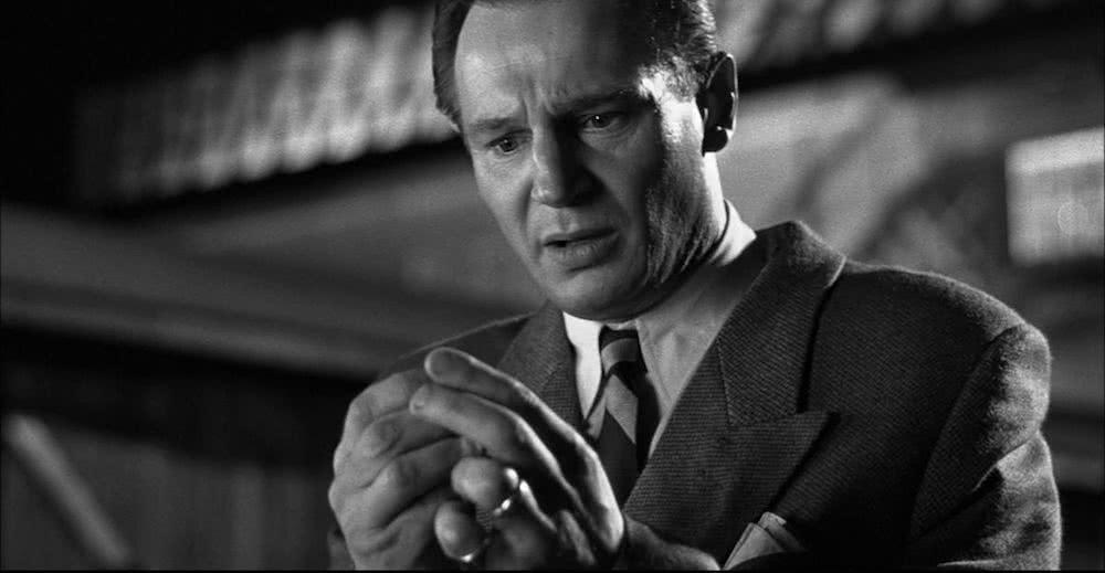 Liam Neeson in einem Szenenbild aus Schindlers Liste