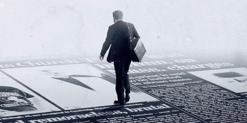 Mann läuft auf einem Boden in Gestalt einer Zeitung auf einem offiziellen Poster für Spotlight