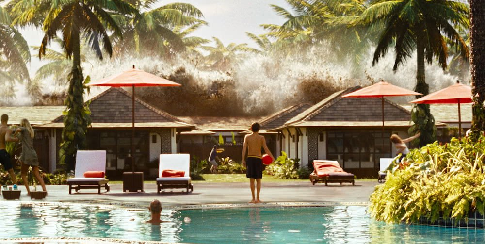 Eine Tsunami, die vor einem Swimming Pool bricht in einem Szenenbild aus The Impossible
