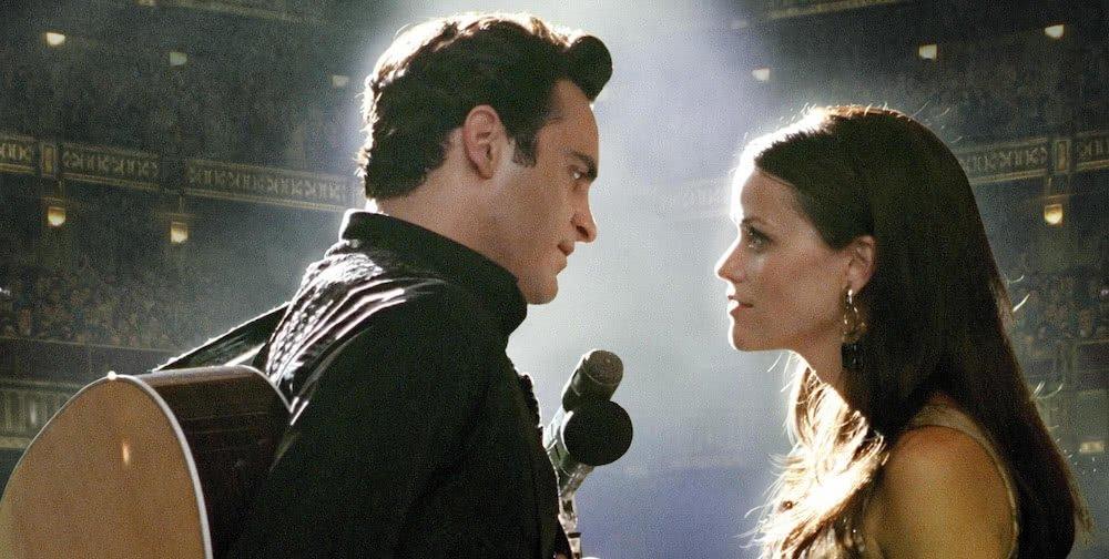Joaquin Phoenix als Johnny Cash und Reese Witherspoon als June Cater in einem Szenenbild aus Walk The Line