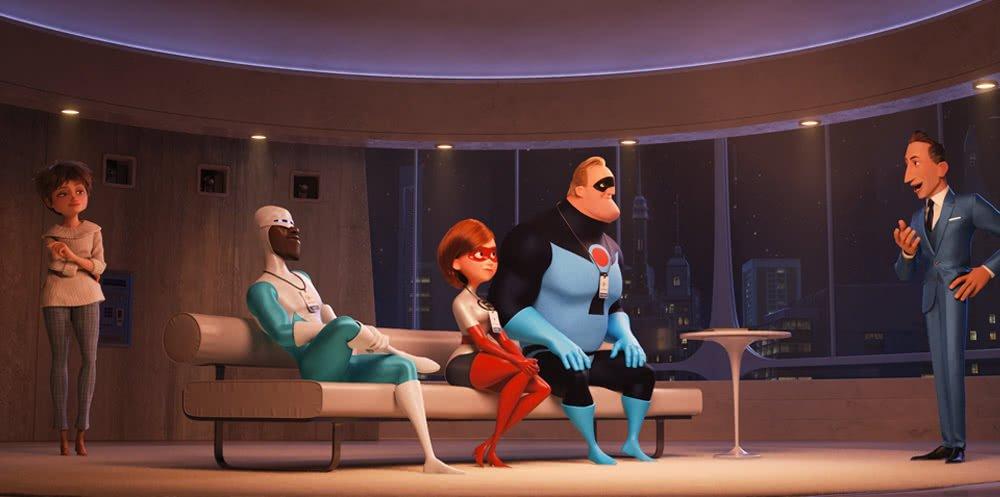Winston Deavor (Stimme: Bob Odenkirk) präsentiert Mr. Incredible, Elastigirl und Frozone seine Pläne.