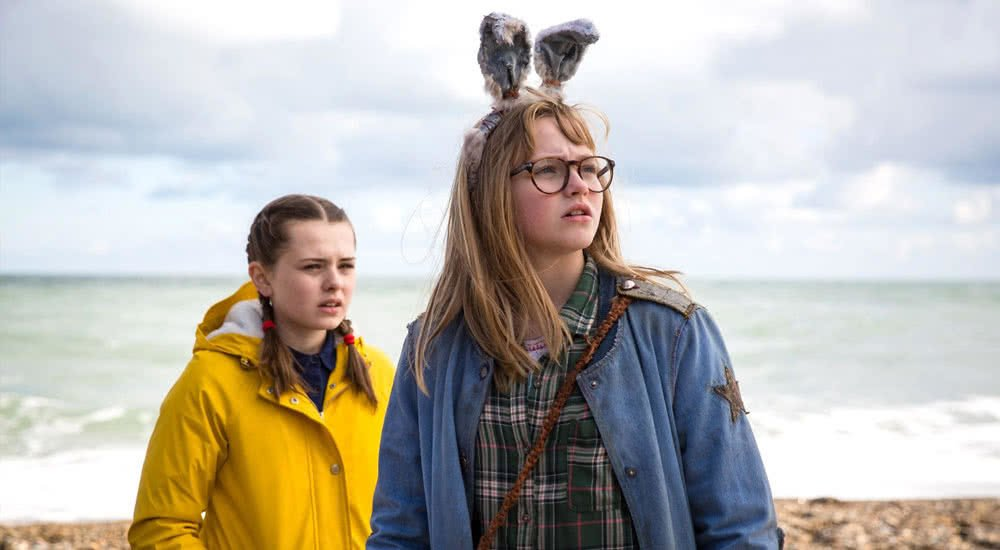 Madison Wolfe und Sydney Wade am Strand in I Kill Giants