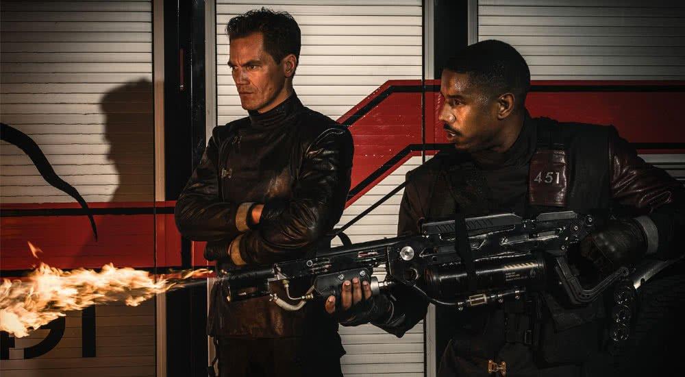 Michael B Johnson und Michael Shannon feuern mit einem Flammenwerfer auf Bücher in Fahrenheit 451