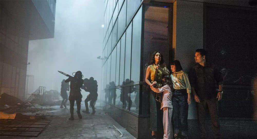 Michael Pena als Peter versteckt sich zusammen mit  seiner Familie vor Aliens in Extinction