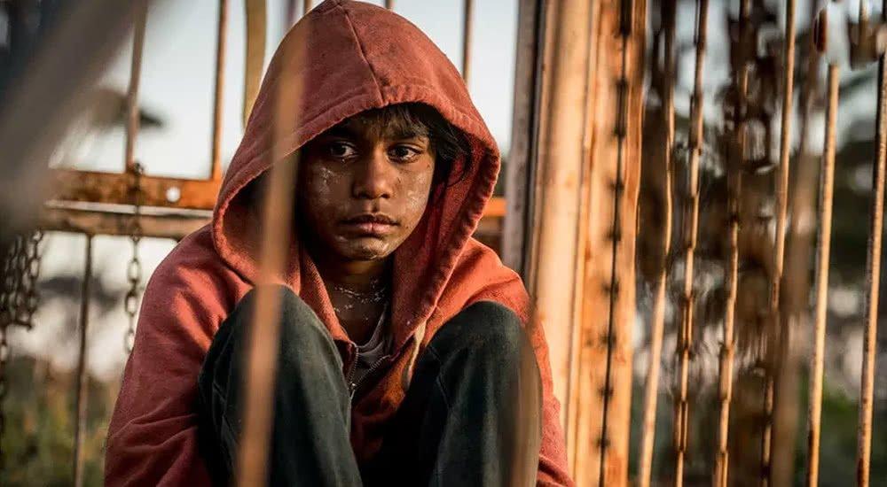 Simone Landers als Aboriginie-Mädchen Thoomi sitzt in einem Käfig in Cargo.