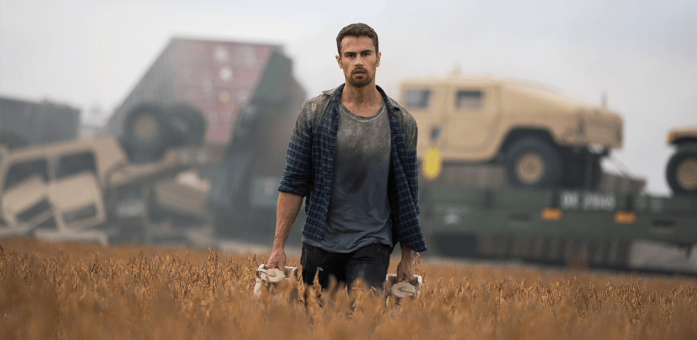 Theo James als Will läuft durch ein Feld vor einem verunglückten Armeezug in How it Ends auf Netflix