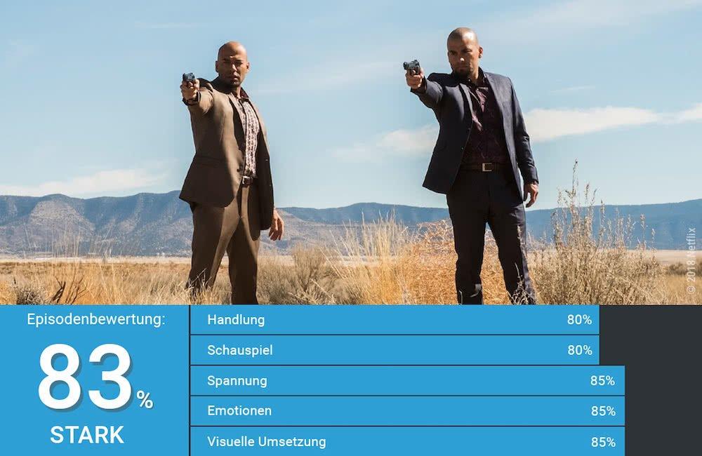 Die Cousins Leonel and Marco Salamanca zielen mit Pistolen in der Wüste vor Albuquerque in Better Call Saul Staffel 4 Folge 3 Etwas Gutes
