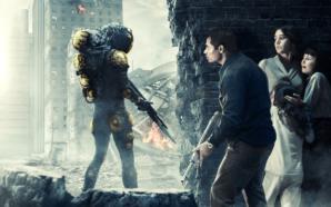 Eine Gruppe Menschen versteckt sich vor einem Alien-Soldaten in Extinction auf Netflix