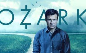 Marty Byrde gespielt von Jason Bateman vor dem Ozark Schriftzug auf einem Plakat zu Ozark Staffel 1