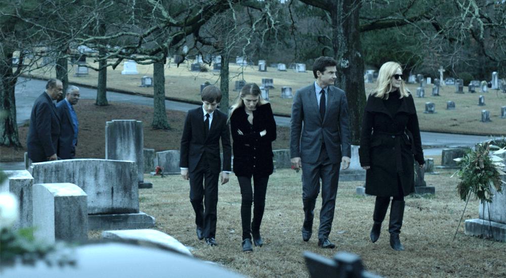 Die Familie Byrde auf einem Friedhof in Ozark Staffel 2