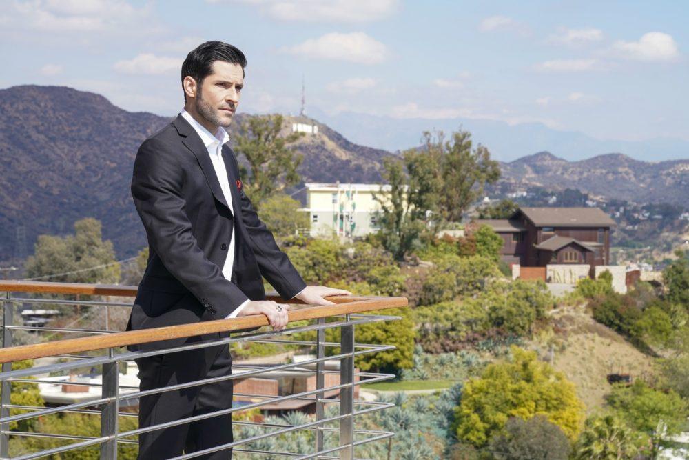 Lucifer (Tom Ellis) steht auf dem Balkon und blickt in die Ferne.