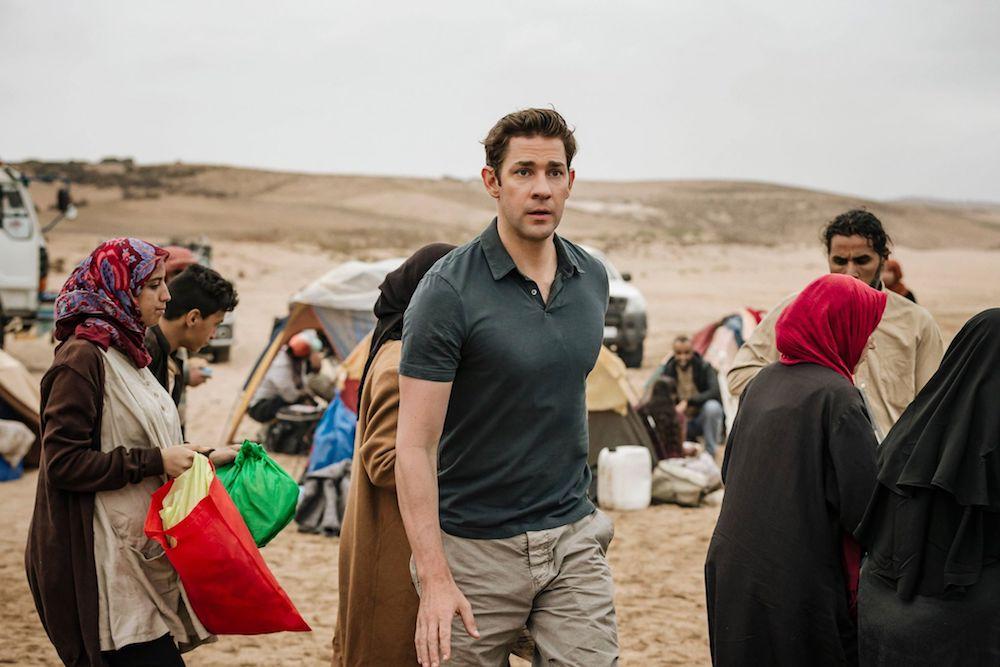 John Krasinski als Jack Ryan in einem Flüchtlingsgebiet in einem Szenenbild für Kritik Jack Ryan Staffel 1