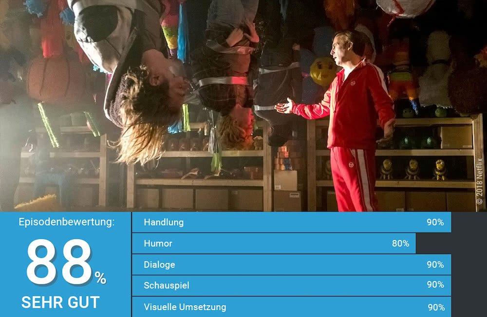 Bob Odenkirk als Jimmy McGill bedroht Jugendliche Kriminelle, die zwischen Piñatas kopfüber von der Decke hängen in Better Call Saul Staffel 4 Episode 6 Piñata