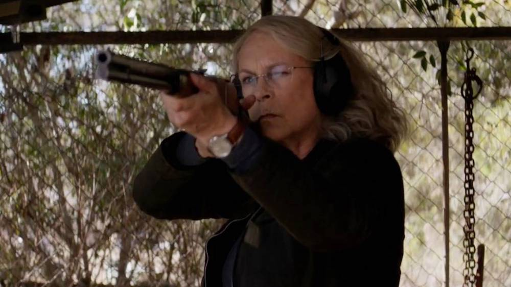 Laurie Strode (Jamie Lee Curtis) zielt mit einer Schrotflinte.
