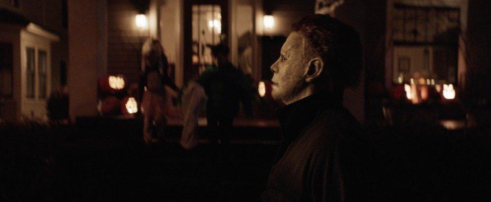 Michael Myers (James Jude Courtney) geht eine Straße entlang an Halloween.