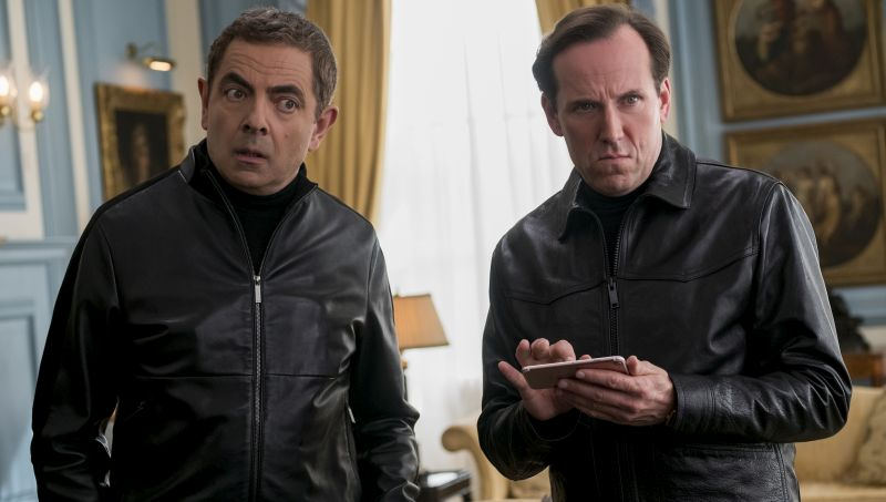 Johnny English (Rowan Atkinson) und Bough (Ben Miller) sehen in die Kamera.