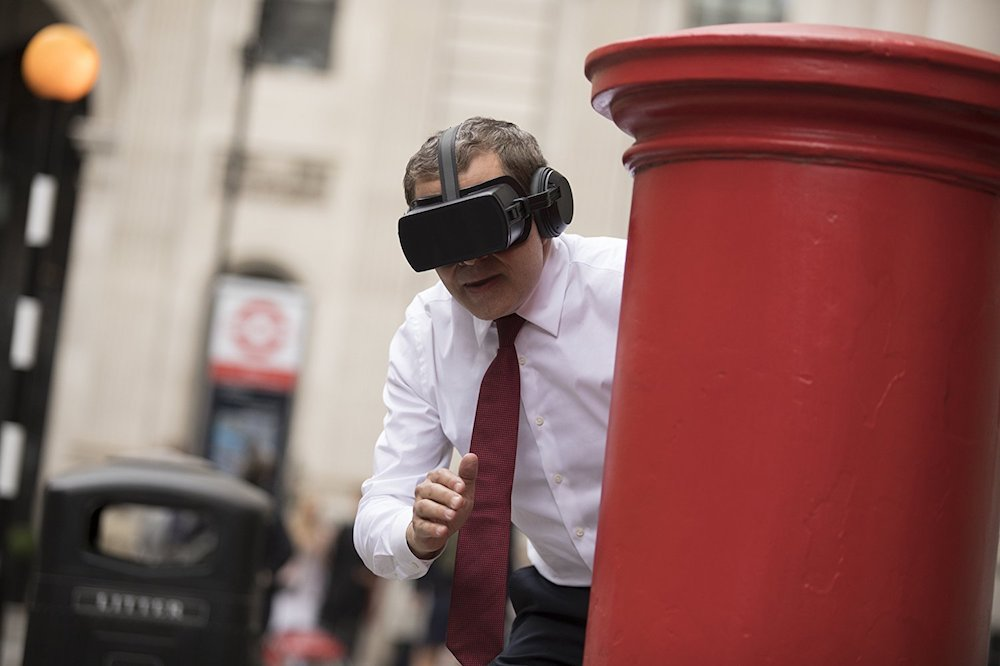 Johnny English (Rowan Atkinson) trägt eine VR-Brille.