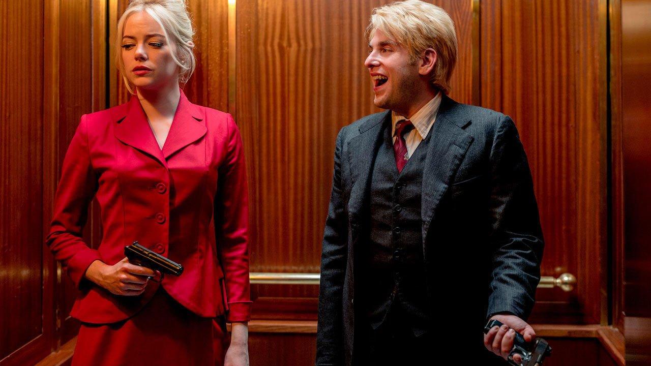 Annie Landsberg (Emma Stone) und Owen Milgrim (Jonah Hill) stehen in einem Fahrstuhl.