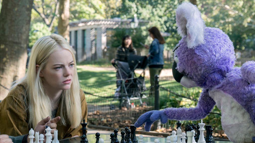 Annie Landsberg (Emma Stone) schaut einem Schachspiel mit einem animatronischen Koala zu.