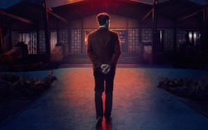 Eine Silhouette steht mit dem Rücken vor einem Hoteleingang im Titelbild für Kritik Bad Times at the El Royale