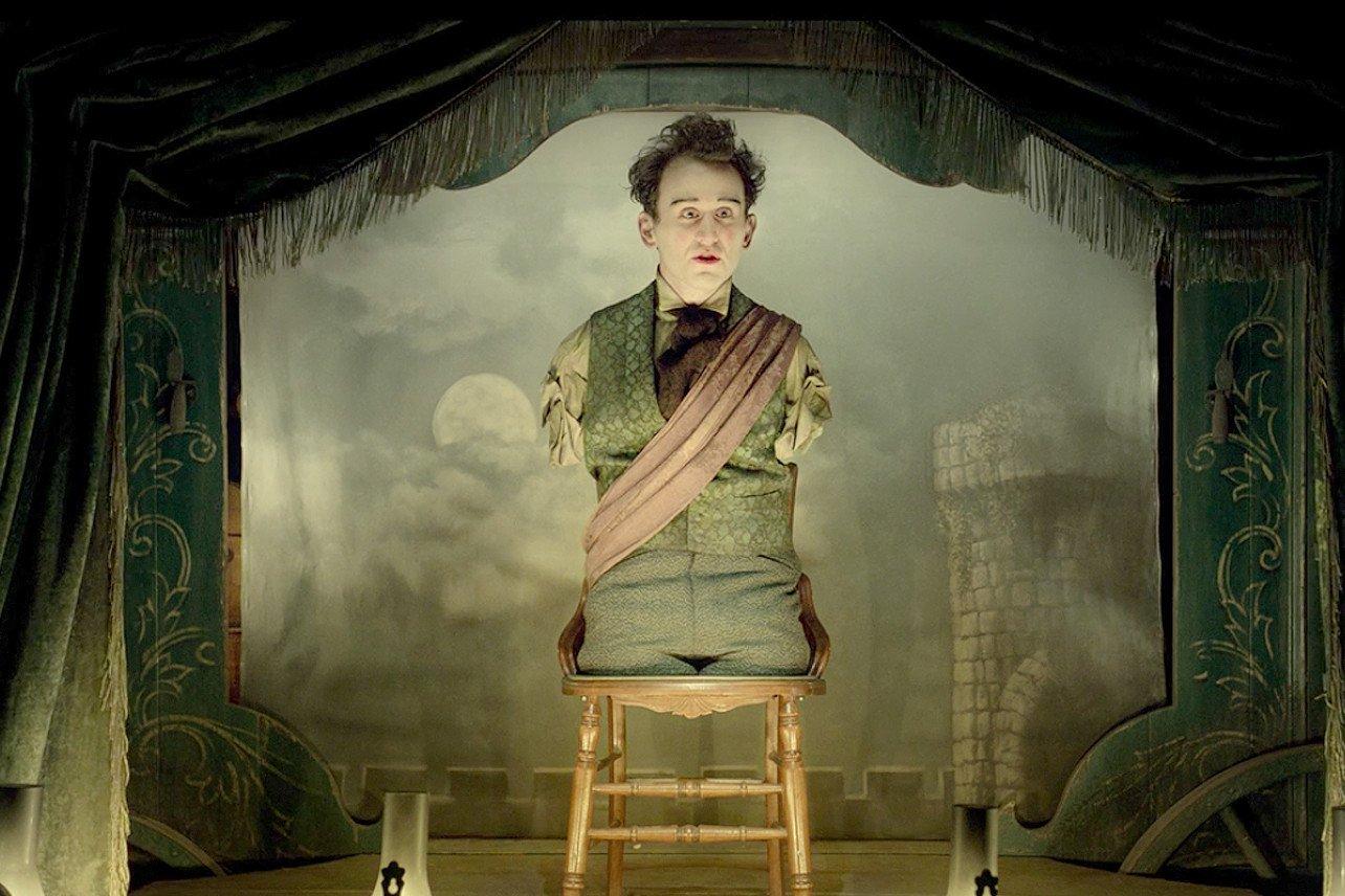 Harry Melling ohne Arme und Beine in einem Szenenbild für Kritik The Ballad of Buster Scruggs Folge 3