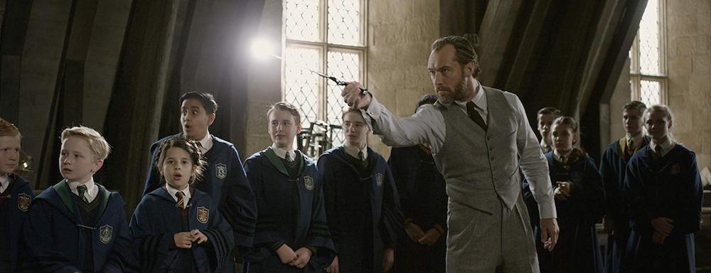 Jude Law als Albus Dumbledore in einem Szenenbild für Phantastische Tierwesen Grindelwalds Verbrechen