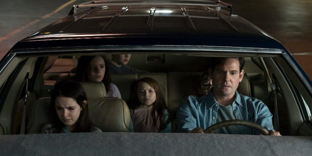 Familie Crain im Auto mit Henry Thomas, Mckenna Grace, Lulu Wilson, Paxton SingletonJulian Hilliard und Violet McGraw