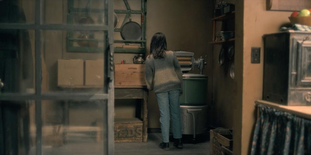 Mckenna Grace als Theo in einem Szenenbild für Kritik Spuk in Hill House Staffel 1 mit einem Hidden Ghost