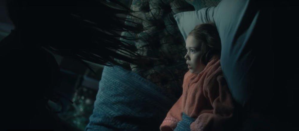 Violet McGraw als junge Nell und die Frau mit dem gebogenen Hals in einem Szenenbild für Kritik Spuk in Hill House Staffel 1