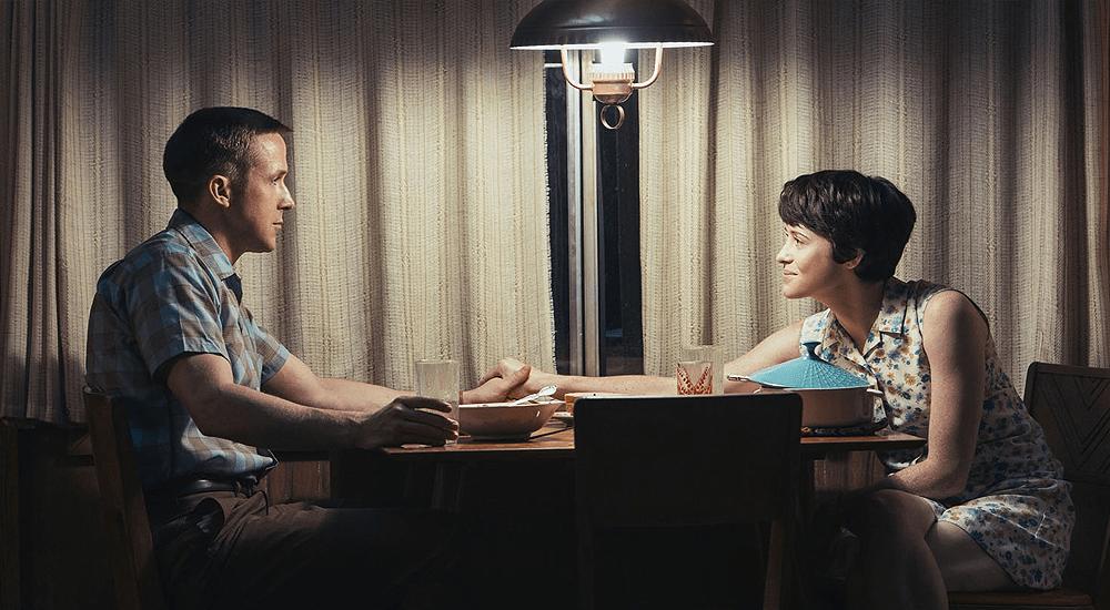 Ryan Gosling und Claire Foy sitzen an einem Tisch in Aufbruch zum Mond